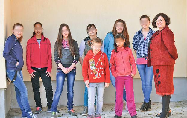 2-3-Lorena-si-un-grup-de-fete-in-curtea-centrului_a935759f93 (1)